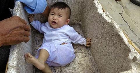 Bé gái 7 tháng tuổi bị bỏ rơi nằm co ro trong thùng xốp