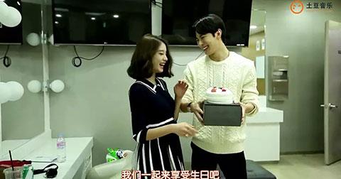 JiYeon mừng sinh nhật HongBin ở hậu trường TheShow.