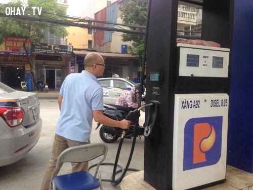 ảnh gian lận xăng dầu,nhân viên cây xăng