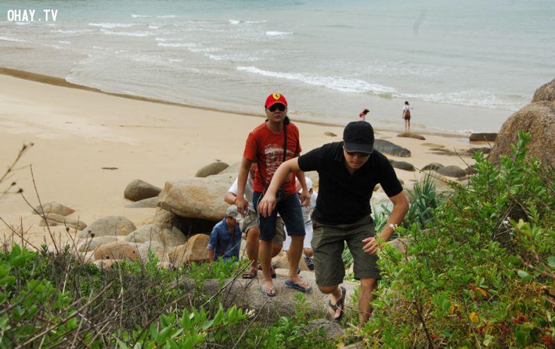 Victor Vũ và đoàn làm phim leo núi đi tìm cảnh để thực hiện phim - Ảnh: Dương Thanh Xuân