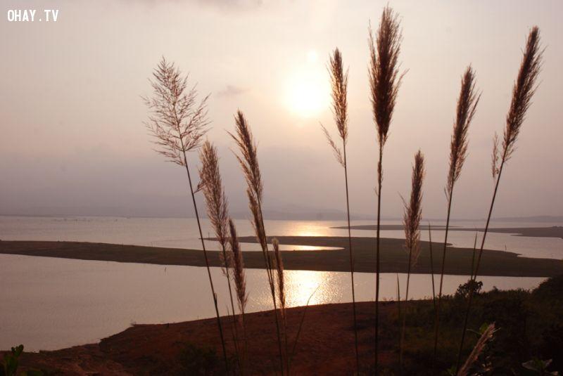 Hoàng hôn trên hồ chứa nước thủy điện Sông Hinh - Ảnh: Dương Thanh Xuân