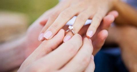 Tại sao chúng ta đeo nhẫn cưới ở ngón áp út?