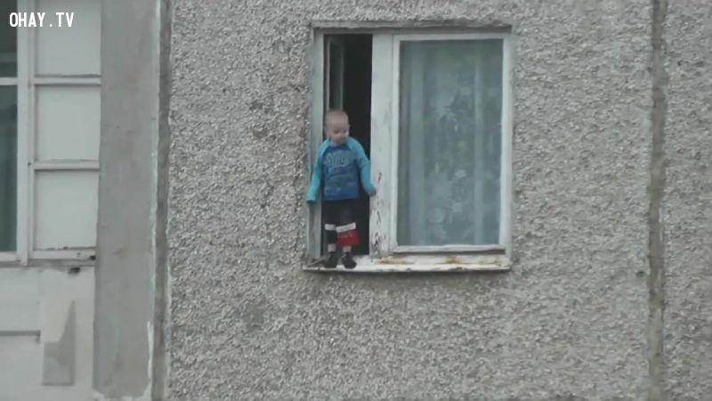 Thót tim bé trai 4 tuổi đứng chới với ngoài cửa sổ tầng 8 tòa chung cư