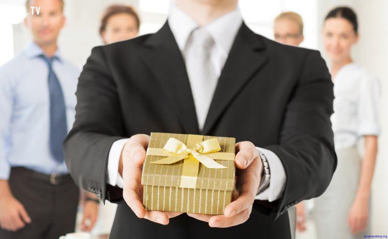 ảnh tặng quà,tặng quà cho sếp,kỹ năng ứng xử,công sở