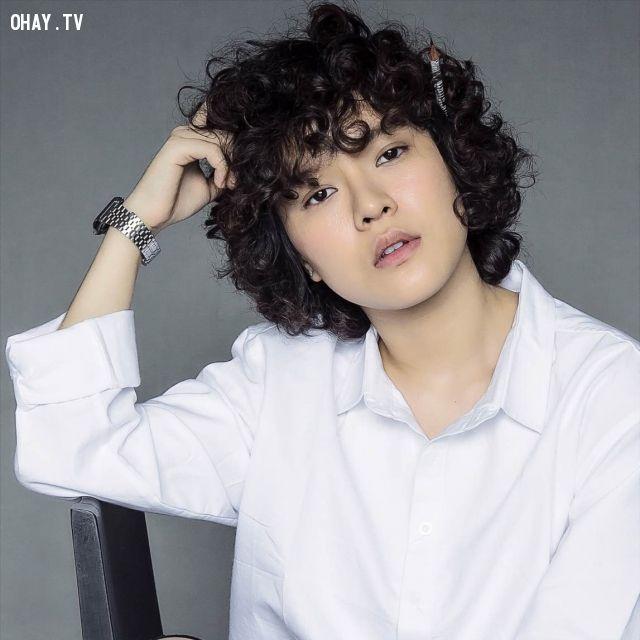 Tiên Tiên trong vai trò ca sĩ thể hiện Vì tôi còn sống