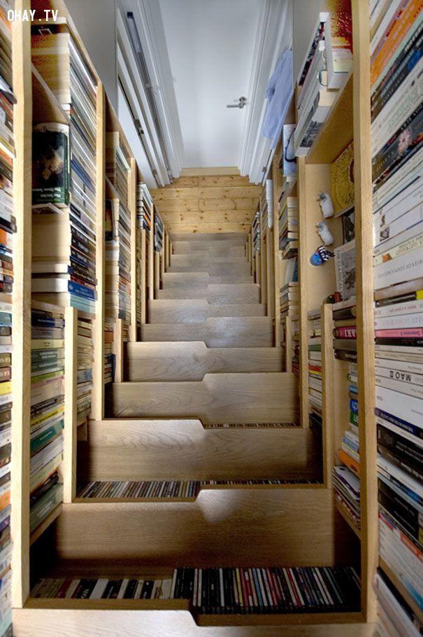 Giá sách hai bên và dưới từng bậc cần thang
