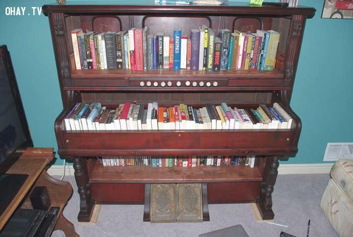 Giá sách tận dụng từ chiếc đàn cũ