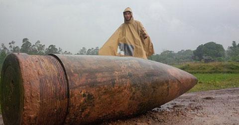 Quả đạn pháo gần một tấn vô tình được khai quật ở Quảng Trị