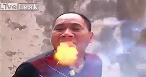 Dị nhân phun lửa từ miệng không cần mồi