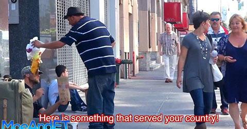 Bất ngờ cách hành xử của một người vô gia cư trước 'kẻ thù'