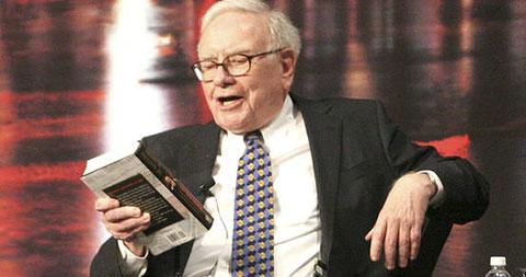 Tỷ phú Warren Buffett khuyên tất cả mọi người nên đọc 18 cuốn sách sau đây