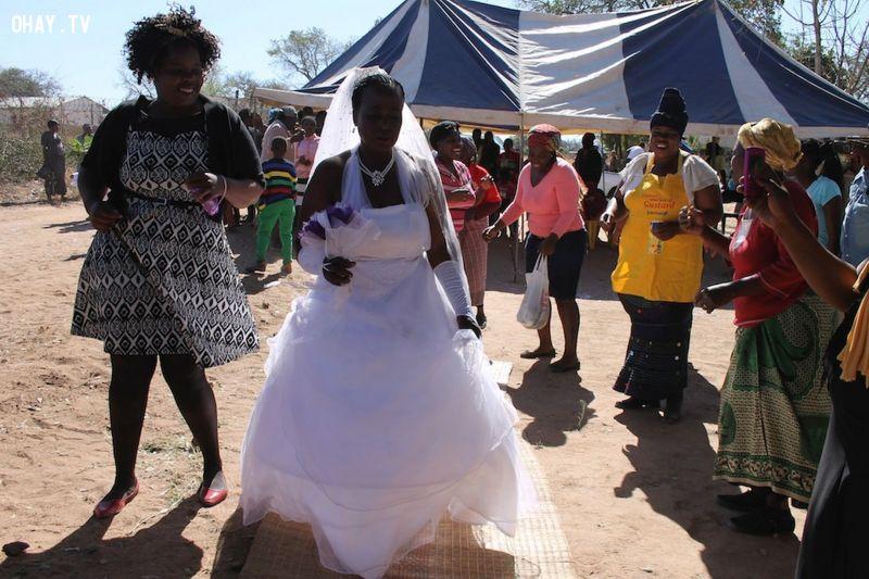 Cô dâu nhận được sự chúc phúc của bố mẹ
