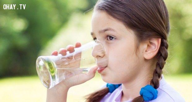 Bổ sung lượng nước cho cơ thể mỗi ngày bằng việc uống nhiều nước nhé