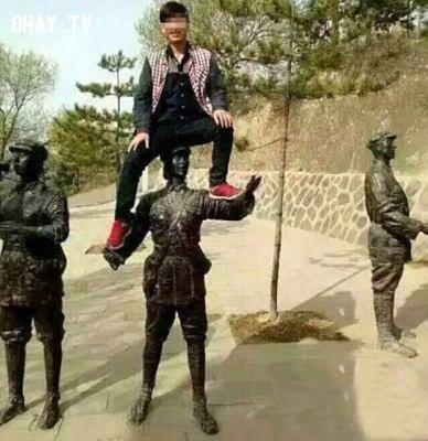 Nam Trung Quốc thản nhiên ngồi trên bức tượng ở nước ngoài