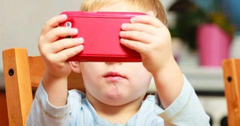 10 tác hại khi cho trẻ sử dụng thiết bị di động quá sớm