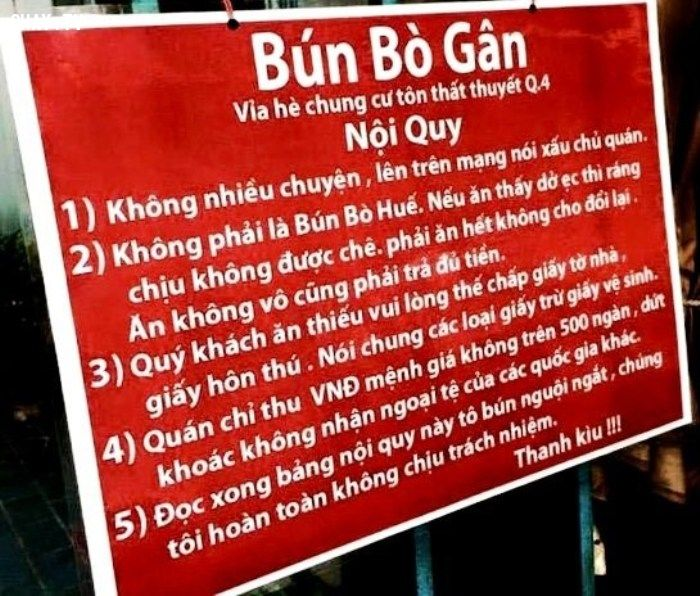 Chủ quán bún bò gân Q.4 - Nguyễn Hoàng Anh Dũng là người đã sáng tạo ra bảng nội quy ăn bún bò độc này, song điều đó khiến quán của anh luôn tấp nập khách đến ăn dù giá khá chát - Ảnh: Internet