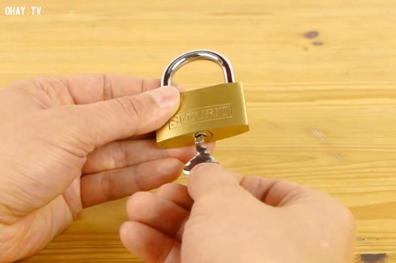 Thử mở ổ khóa bằng chìa khóa mới làm.