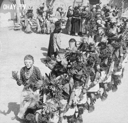 Mô tả Ảnh một buổi nhảy múa kachina linh thiêng của người Hopi tại làng Shongopavi, Arizona, Mỹ chụp trong giai đoạn 1870-1900. Các thổ dân, thành viên của các nhóm tín ngưỡng kiva lân cận, tượng trưng cho các linh hồn gọi là kachina và đeo các mặt nạ sặc sỡ. (Ảnh: Wikimedia)hình ảnh