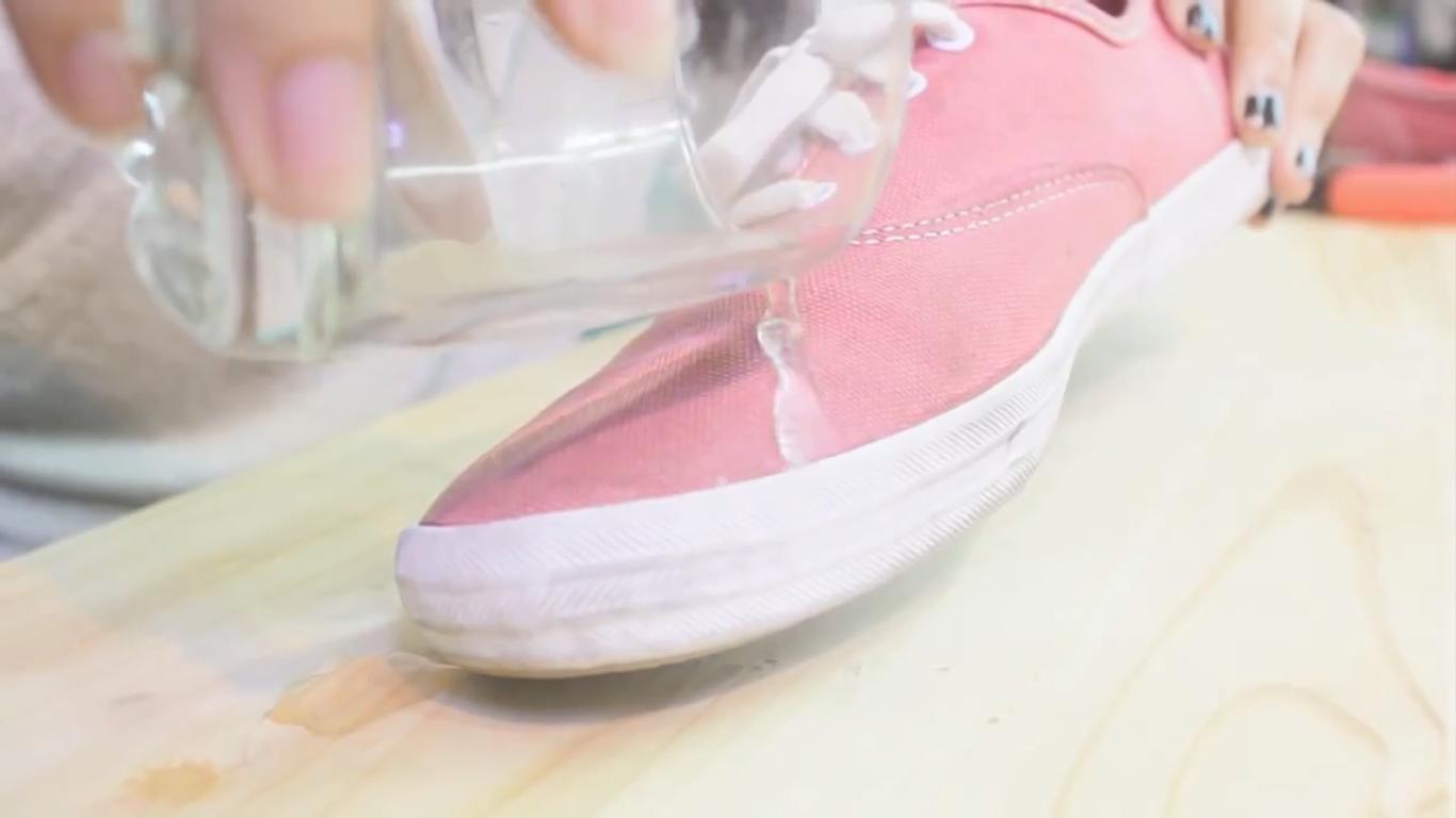 Mẹo hay làm giày vải không thấm nước ngày mưa 3