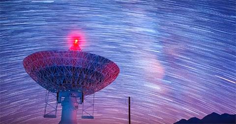 Vẻ đẹp kì ảo của bầu trời đêm bên những chảo dò tìm sự sống ngoài hành tinh