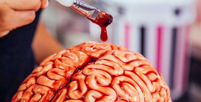 Dùng siro phúc bồn tử phết lên ổ bánh hình bộ não