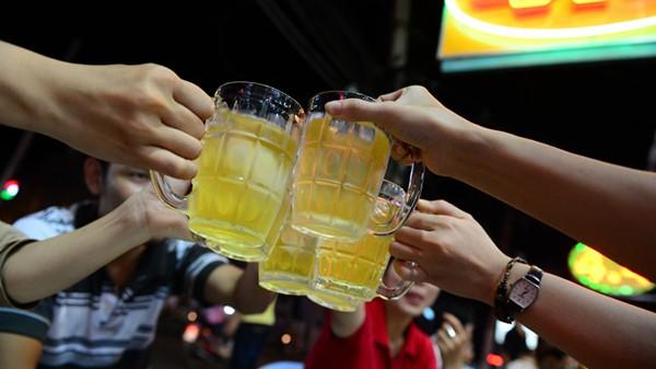 Uống bia với khách hàng