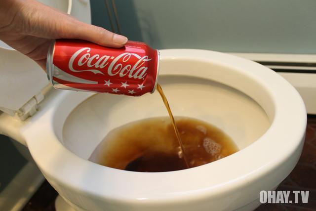 Coca cola tẩy sạch bồn cầu