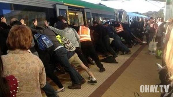 Hàng trăm người đẩy nghiêng tàu điện ngầm để cứu người