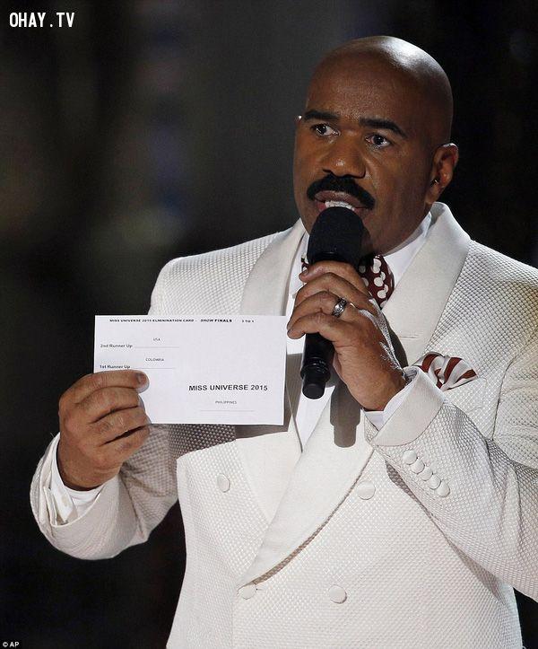 Steve luôn cố đưa qua đưa lại tờ giấy trước ngực