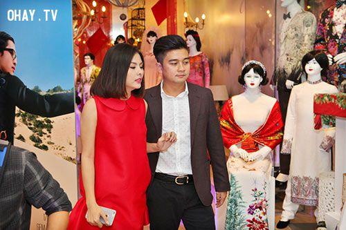 Vân Trang cùng ông xã hạnh phúc đi thử đồ cưới.