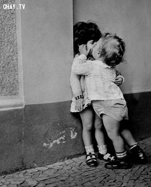 Em bé kiss nhau