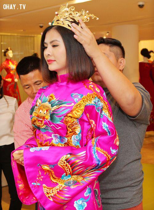 Chiếc mẫn được thiết kế riêng để đi cùng với bộ trang phục cưới sang trọng của Vân Trang.