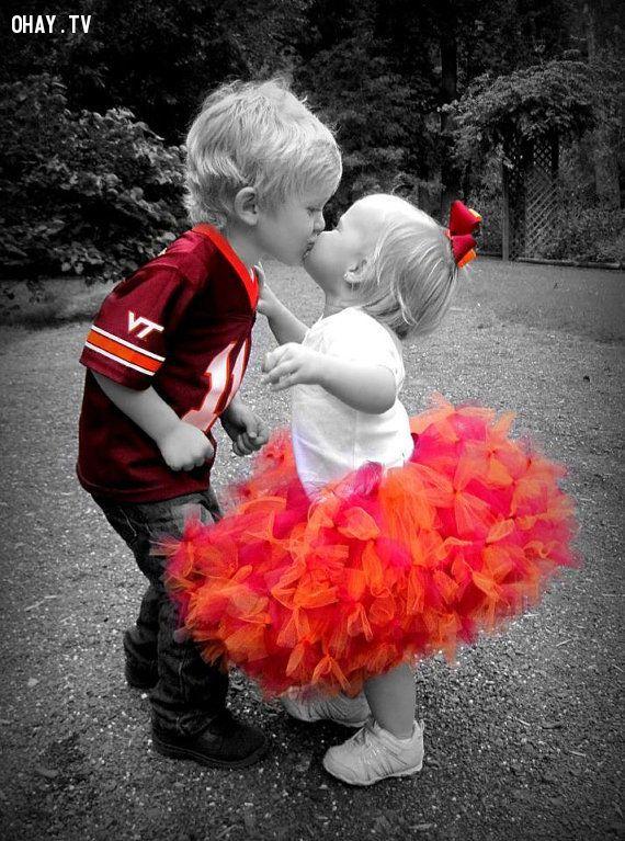 Cậu nhóc thật hạnh phúc khi được nhận nụ hôn từ em bé đáng yêu