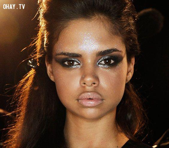 Samantha Harris - cô người mẫu mang hai dòng máu Úc, Đức trông thật sự cuốn hút và thời trang với đôi môi dày đặc biệt của mình.