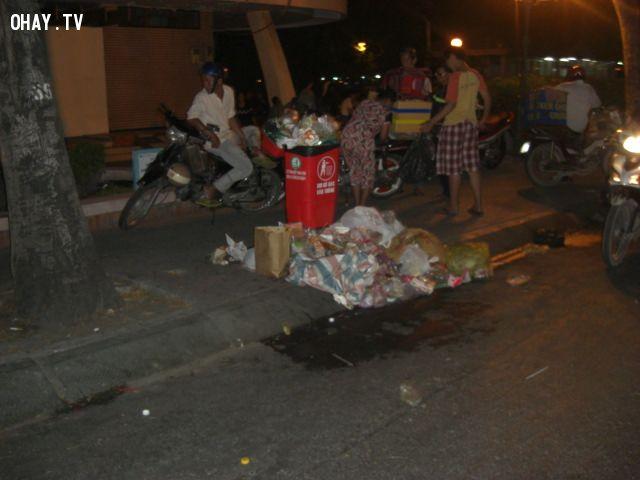 Đống rác gần phố đi bộ Nguyễn Huệ