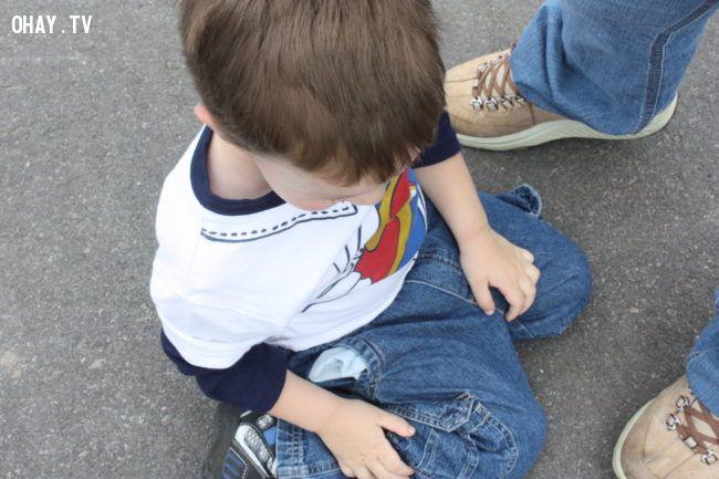 Trẻ tự kỷ có xu hướng ngồi kiểu chữ W nhiều hơn