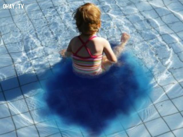 ảnh đi tiểu trong hồ bơi,hồ bơi
