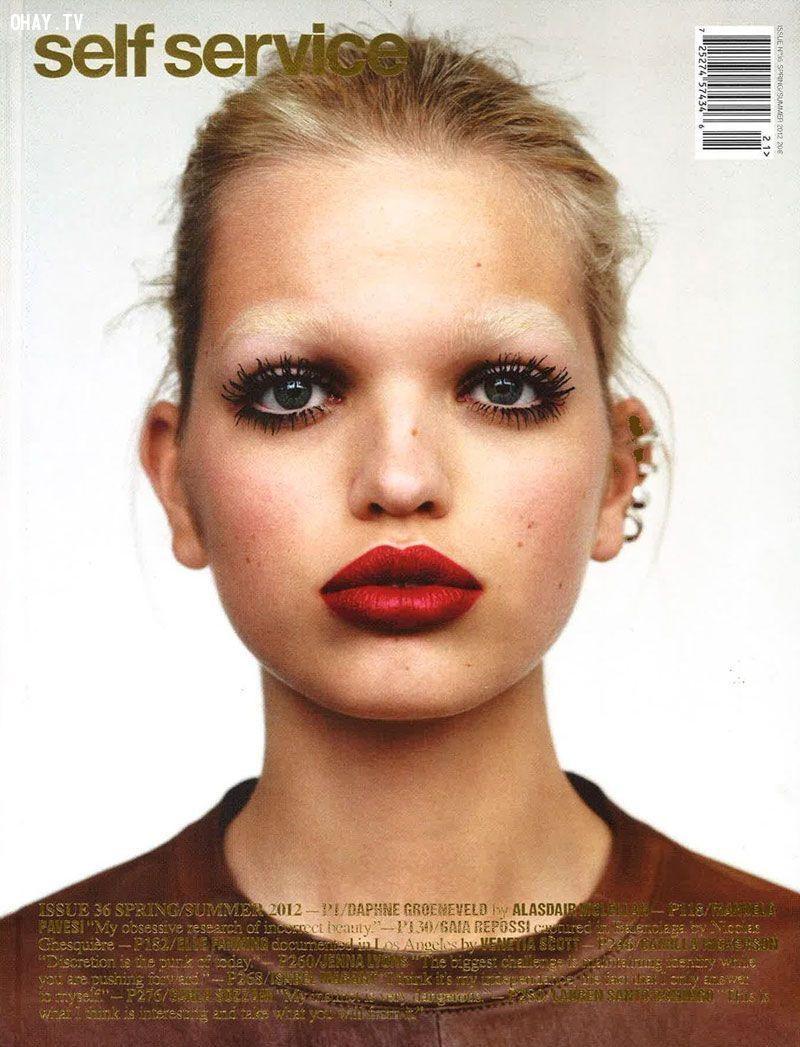 Daphne Groeneveld xuất hiện trên bìa Self Service vô cùng táo bạo với hàng lông mày tẩy trắng và đôi môi dày đỏ mọng.