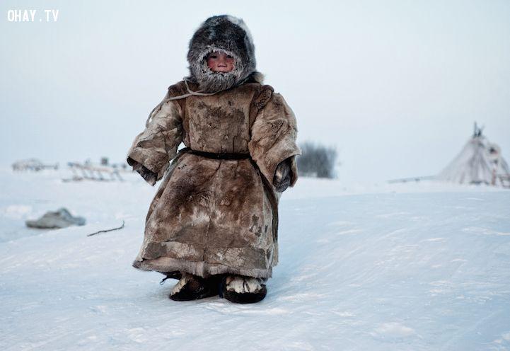 Cậu bé giữa ngôi làng đóng băng
