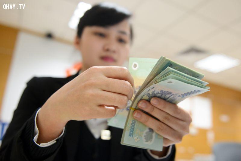 Nhân viên ngân hàng hay máy đếm tiền di động