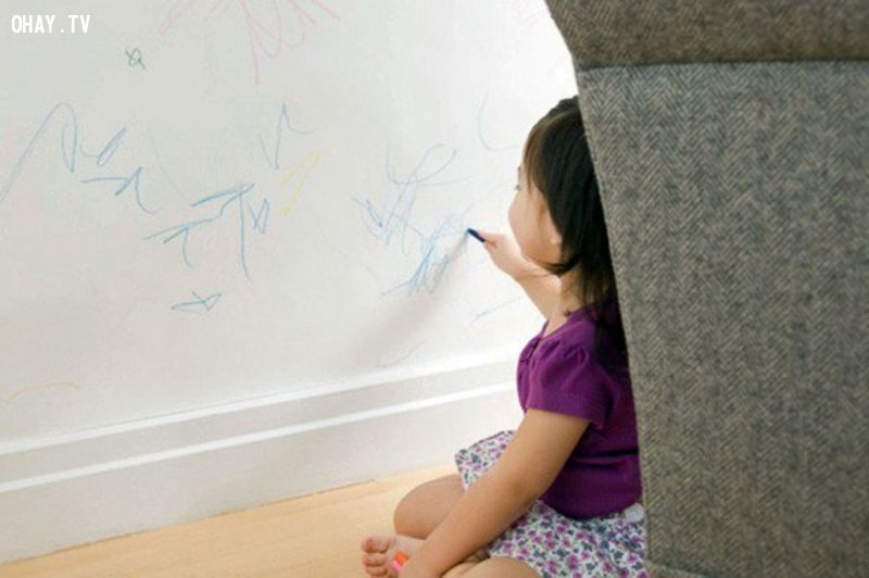 Trẻ vẽ bậy lên tường vì muốn được bạn chú ý.