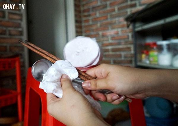 Dùng giấy vệ sinh để lau bộ đồ ăn, hoa quả,thói quen xấu,thói quen không tốt