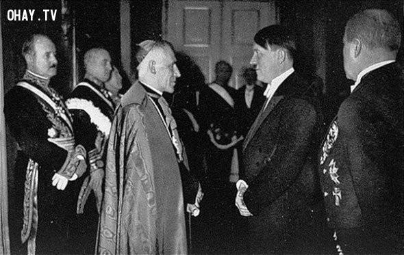 7. Adolf Hitler gặp Đức Giáo Hoàng Pius XI vào năm 1935.,khoảnh khắc lịch sử,ấn tượng lịch sử