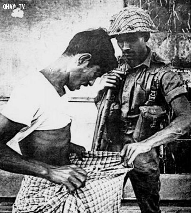 1. Binh sĩ Pakistan đang kiểm tra việc cắt bao quy đầu để xác định người Hindu trong chiến tranh giành độc lập của Bangladesh, vào năm 1971.,khoảnh khắc lịch sử,ấn tượng lịch sử