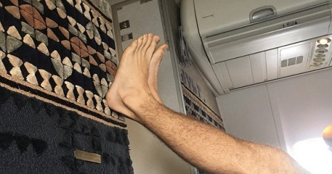 Muôn kiểu gác chân trên máy bay