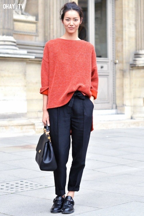 Áo len oversize màu sáng và quần kaki tối màu.,menwear,bạn gái,mặc đẹp