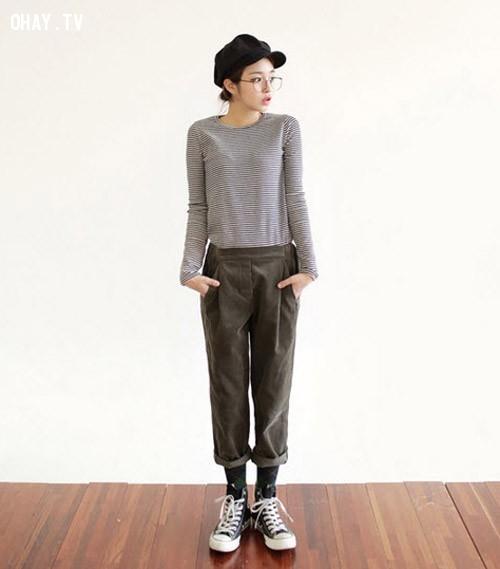 Áo thun dài tay đơn giản sơ vin cùng quần thô xắn gấu và giày thể thao.,menwear,bạn gái,mặc đẹp
