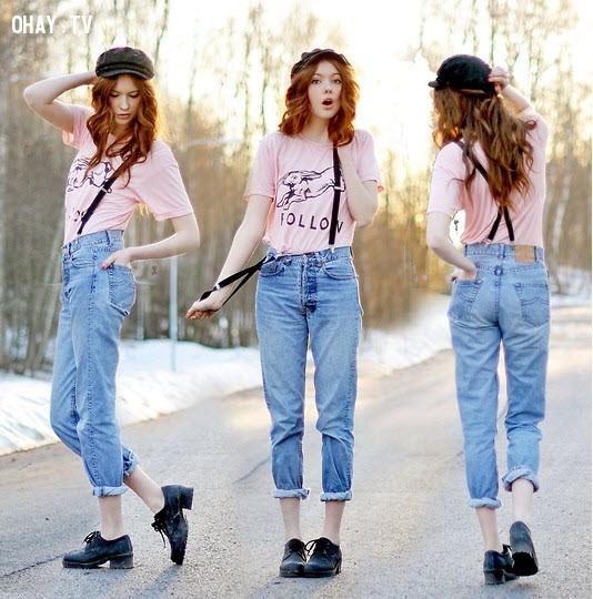 Quần bò dây đeo cùng áo thun sáng màu và giày bệt.,menwear,bạn gái,mặc đẹp