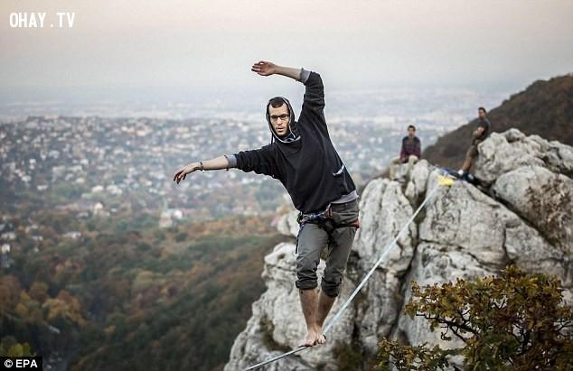 Giữ thăng bằng trên cao.,mạo hiểm,trò chơi,trò chơi mạo hiểm,lướt sóng
