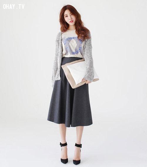Váy midi màu tối cùng áo thun và áo len vintage khoác ngoài.,váy midi,thời trang,mặc đẹp,bạn gái